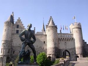 Krásný hrad Het Steen u řeky.