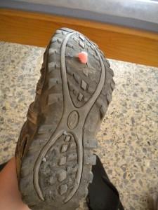 Na závěr moje botky, které jsem po přibližně 500km vyhodila, protože jsem je prošlapala, haha. Všechny moje ponožky byly děravé. Ale jako jedna z mála jsem neměla ani jeden puchýř a to i přesto, že to byly boty koupené týden před odjezdem. :D