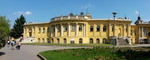 Krásná žlutá budova lázní Szechenyi